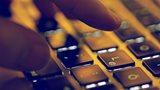 Hand auf Compouter-Tastaur: Umfrage zu Auswirkungen der Digitalisierung der Arbeit auf die Gesundheit von Beschäftigten